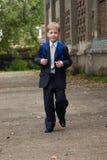Il ragazzo va al banco. Immagini Stock