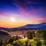 Il raggio luminoso cade sul pendio di collina con la foresta di autunno in montagna sopra Immagini Stock Libere da Diritti