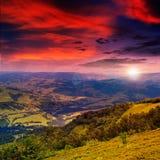 Il raggio luminoso cade sul pendio di collina con la foresta di autunno in montagna sopra Fotografia Stock Libera da Diritti