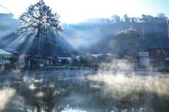 Il raggio luminoso sulla nebbia fotografie stock libere da diritti