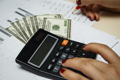 Il ragioniere conta i soldi con un calcolatore Immagine Stock Libera da Diritti