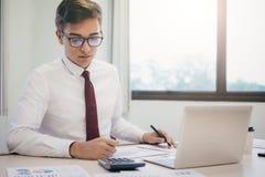 Il ragioniere o il banchiere maschio calcola la fattura dei contanti immagini stock