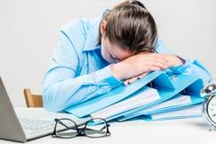 Il ragioniere stanco è caduto addormentato nel posto di lavoro da fuori orario Fotografia Stock