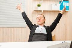 Il ragioniere stanco di allungamento nell'ufficio Immagine Stock Libera da Diritti