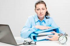 Il ragioniere stanco lavora fuori orario nell'ufficio durante Fotografie Stock Libere da Diritti