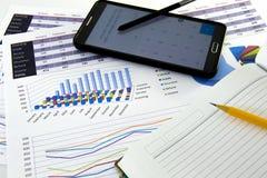 Il ragioniere verifica l'accuratezza dei rendiconti finanziari Contabilità, concetto di contabilità fotografia stock libera da diritti