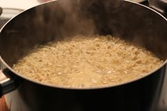 Il ramen è un piatto giapponese Consiste delle tagliatelle stile cinese del grano servite in una carne o ad un in un brodo basato fotografia stock libera da diritti