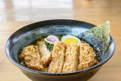 Il ramen di Tonkatsu, minestra di pasta con la battaglia ha infornato la carne di maiale, alimento giapponese Fotografie Stock