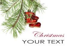 Il ramo dell'albero di Natale con i brevi aghi ha decorato i giocattoli isolati su fondo bianco Fotografie Stock Libere da Diritti
