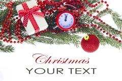 Il ramo dell'albero di Natale con i brevi aghi ha decorato il isola dei giocattoli Fotografia Stock Libera da Diritti