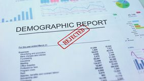 Il rapporto demografico ha rifiutato, mano che timbra la guarnizione sul documento ufficiale, statistiche video d archivio