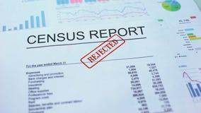 Il rapporto di censimento ha rifiutato, mano che timbra la guarnizione sul documento ufficiale, statistiche video d archivio