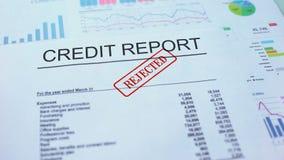 Il rapporto di credito ha rifiutato, mano che timbra la guarnizione sul documento ufficiale, statistiche stock footage