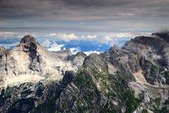 Il rasoio e Pihavec alza nell'ambito dello strato delle nuvole, Julian Alps Fotografia Stock Libera da Diritti