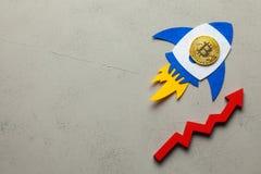 Il razzo di Bitcoin con una moneta di cryptocurrency vola su La crescita del mercato di cryptocurrency ed il tasso di Bitcoin fotografie stock libere da diritti