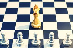 Il re nella battaglia della scacchiera, concetto del gioco di scacchi di strategia aziendale, fotografia stock libera da diritti