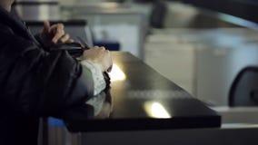 Il receptionist che si siede nell'area reception dell'aeroporto sta lavorando con i clienti che danno il passaporto o il dorso de stock footage