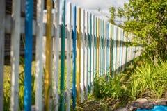 Il recinto è fatto dei bordi colorati immagine stock libera da diritti
