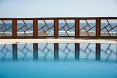 Il recinto dello stagno della località di soggiorno ha riflesso sull'acqua Cielo blu puro sui precedenti Immagini Stock Libere da Diritti