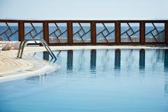 Il recinto dello stagno della località di soggiorno ha riflesso sull'acqua Cielo blu puro sui precedenti Fotografie Stock