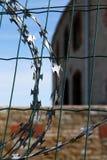 Il recinto di filo metallico razored nella prigione di Patateri Fotografie Stock