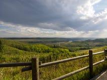 Il recinto di legno che sorveglia il ranch come le nuvole di pioggia soffia dentro Fotografia Stock