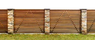 Il recinto di legno del giardino con la pietra ha pavimentato le colonne che custodicono il PR privato immagini stock