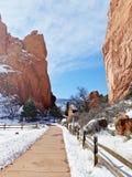 Il recinto ha allineato il passaggio pedonale in giardino dei a Colorado Springs Colorado fotografia stock