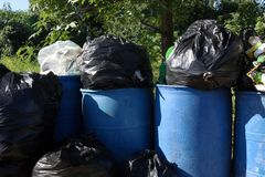 Il recipiente, borse di immondizia, recipienti pieni spreca i sacchetti di plastica, il recipiente pieno e blu del nero della bor Immagine Stock Libera da Diritti