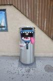 Il recipiente inossidabile può parlare mentre mettete i rifiuti in  Fotografie Stock Libere da Diritti