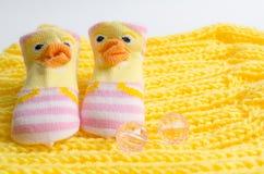 Il regalo dei calzini di rosa ha messo per una ragazza di neonato Immagini Stock