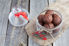 Il regalo del biglietto di S. Valentino del san - un barattolo con i biscotti del cioccolato fotografia stock