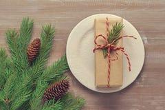 Il regalo del fondo di Natale in carta kraft, attorciglia collegato con Fotografia Stock Libera da Diritti