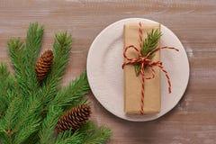 Il regalo del fondo di Natale in carta kraft, attorciglia collegato con Fotografia Stock