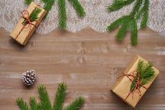 Il regalo del fondo di Natale in carta kraft legata con cordicella ha ornato Immagine Stock
