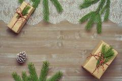 Il regalo del fondo di Natale in carta kraft legata con cordicella ha ornato Fotografia Stock Libera da Diritti