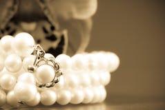 Il regalo delle perle immagini stock libere da diritti