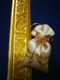 Il regalo di nozze è una borsa dorata disposta di una su una scatola d'argento colorata d'oro fotografie stock