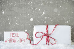 Il regalo, fondo con i fiocchi di neve, Frohe Weihnachten del cemento significa il Buon Natale Fotografia Stock Libera da Diritti