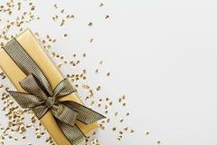 Il regalo o la scatola attuale ha decorato gli zecchini dorati sulla vista del piano d'appoggio Composizione piana in disposizion fotografie stock libere da diritti