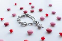 Il regalo perfetto dei biglietti di S. Valentino per lei un braccialetto brillante con il chocol Immagini Stock Libere da Diritti