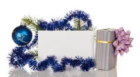 Il regalo in scatola a strisce con l'arco, Natale si ramifica decorato con la perla ed il lamé, cartolina vuota isolata su bianco Fotografia Stock Libera da Diritti