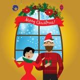 Il regalo sorridente di Natale della tenuta dell'uomo a disposizione e si avvicina alla donna sorpresa condizione Concetto di Nat fotografia stock