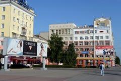 Il regardent de la branche de l'institut financier et économique tout-russe de correspondance sur l'avenue de Lénine dans Barnaul photographie stock libre de droits