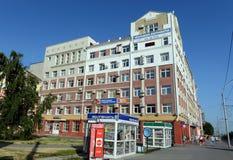 Il regardent de la branche de l'institut financier et économique tout-russe de correspondance sur l'avenue de Lénine dans Barnaul photo libre de droits