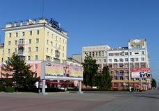 Il regardent de la branche de l'institut financier et économique tout-russe de correspondance sur l'avenue de Lénine dans Barnaul images stock