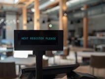 Il registratore di cassa in ristorante aerato che visualizza il registro seguente firma prego Immagini Stock Libere da Diritti