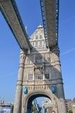 2014-09-22 Il Regno Unito Londra Vista del ponte della torre dalla strada che passa attraverso  Il Regno Unito fotografia stock