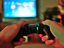 Il regolatore di console del video gioco per gioco ha tenuto in mani dei gamers fotografie stock libere da diritti