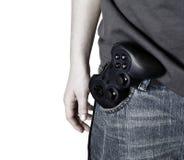 Il regolatore maschio del video gioco della stretta della mano gradice una pistola Fotografia Stock Libera da Diritti